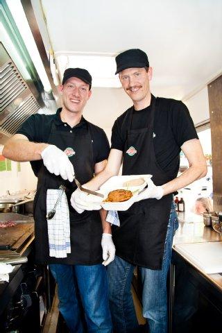 Die stolzen Besitzer der ersten veganen Food Bar in Köln.
